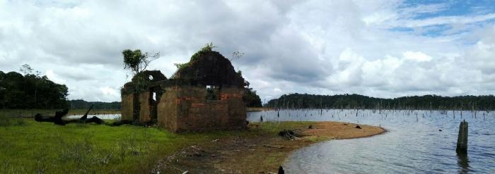 Arrêt pique nique sur un îlot proche du barrage avec des reste d'un bagne des annamites