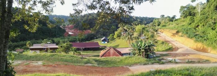 Le village de Saint elie. Les maisons sont clairsemées. Il est bordé par les mines qui l'enserre totalement: SMSE, OPlata totalement inséré dans