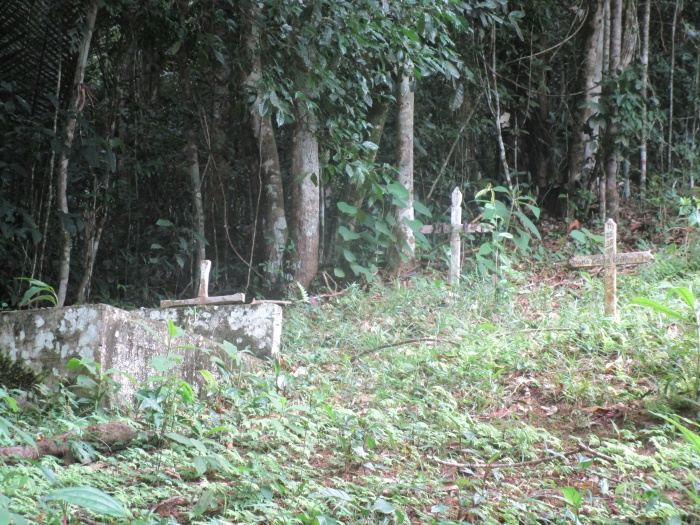 Le petit cimetière, le long de la voie ferre